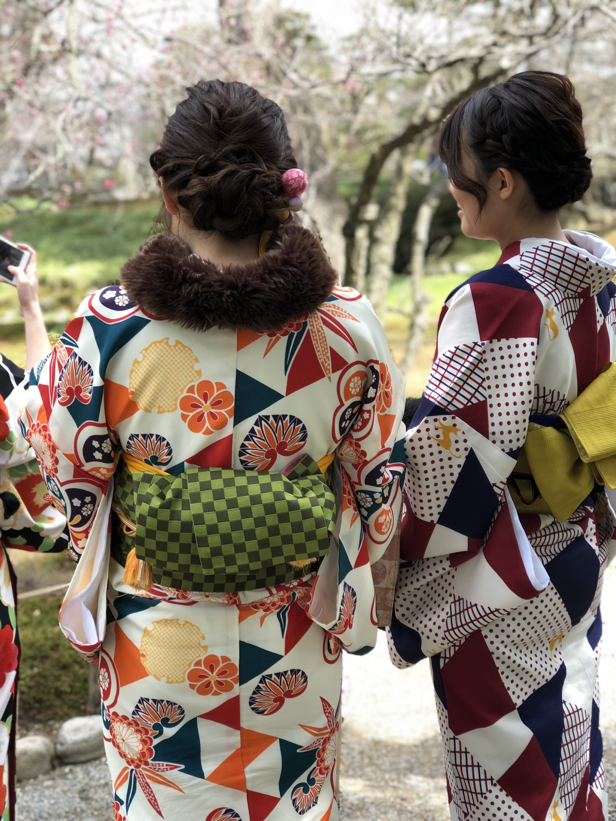 A chilly, early spring morning in Kanazawa. These young women wear a thermal lining under their kimonos and little fur wraps around their necks to ward off the cold.