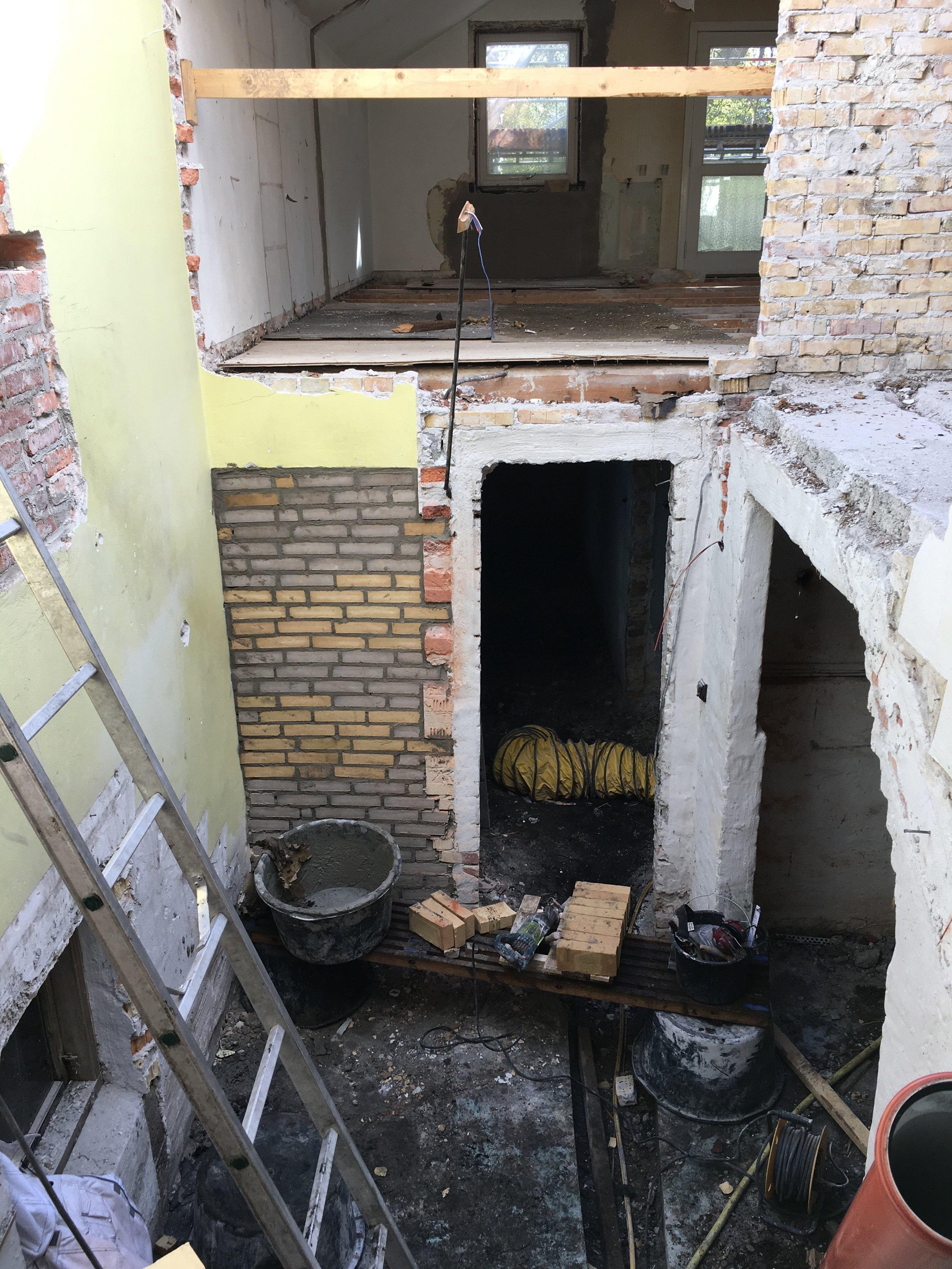 Da det ene badeværelse blev placeret i en tidligere trappeopgang, skulle der først etableres et dæk / gulv imellem de to etager. Gulvet blev etableret ved hjælp af jern bjælker og svale hale plader på hvilket betongulvet til sidst blev støbt.
