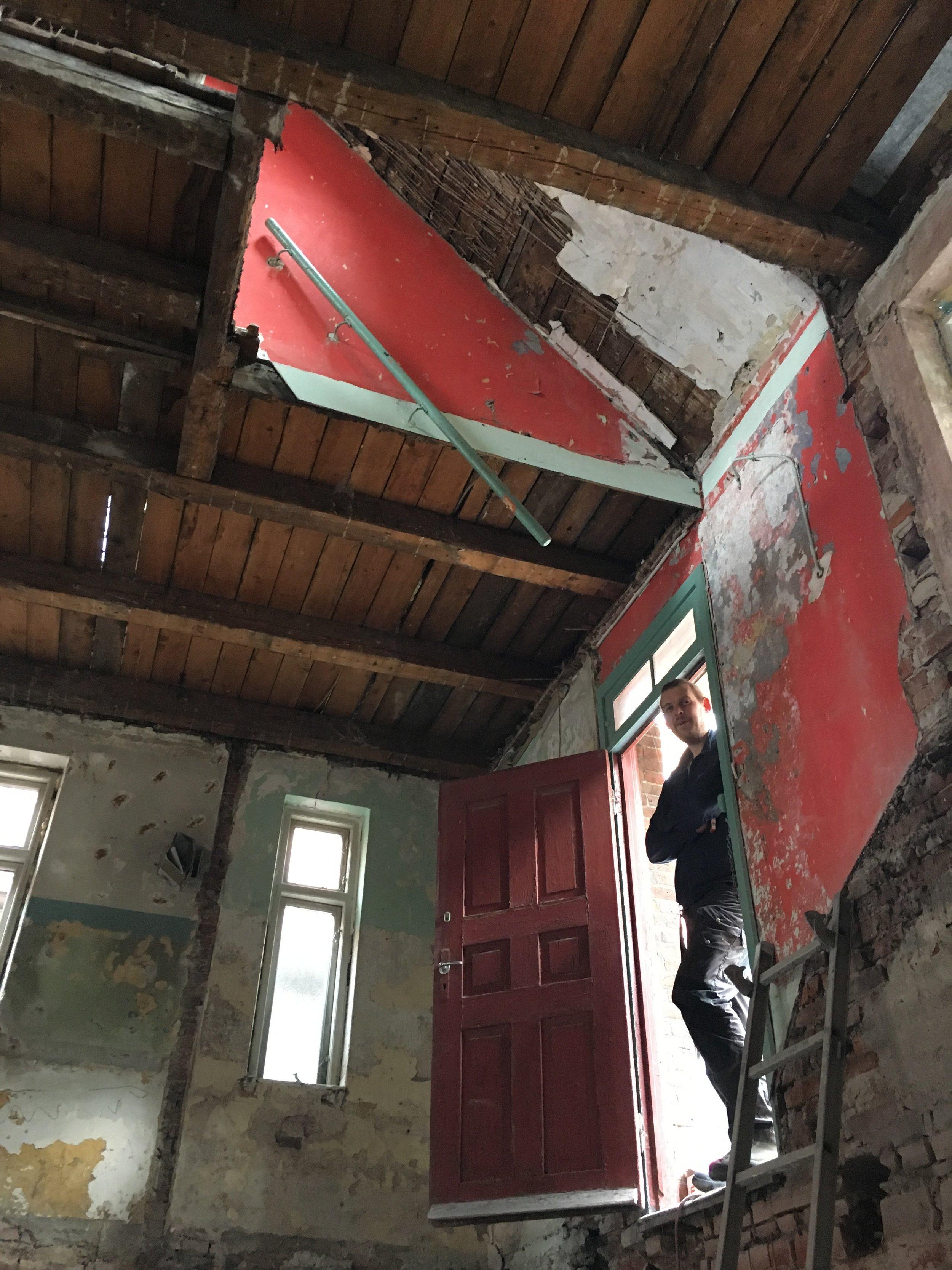 Valdemar fra Mureren.nu danner sig et overblik i døråbningen til det der engang var stueplan, men som her er indgangen til huset som under dele af renoveringen, mange steder, står uden dæk imellem etagerne.