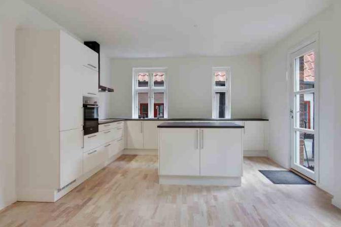 Den nye rumfordeling har tilladt at køkkenet har fået en central plads i huset med godt lysindfald og direkte adgang til gårdhaven.