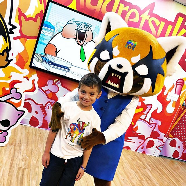A visit to #LittleTokyo and we got to meet Aggretsuko, a newer #Sanrio character that I'm still trying to figure out but apparently she's a very sweet red panda that loves karaoke 🤣 Conocimos un nuevo personaje de la familia de Hello Kitty y se nos hizo interesante 😁 #SundayShenanigans #BennyBoyJoy #LittleTokyo @sanriojapanesevillage #aggretsuko