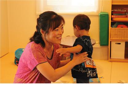 江美さんは、静岡に移住後、得意分野と経験を生かすため、英語コーチとして起業。スマホやパソコンを活用して、全国のクライアントをサポートしている。新しい働き方と子育てとのバランスを模索しながら奮闘中
