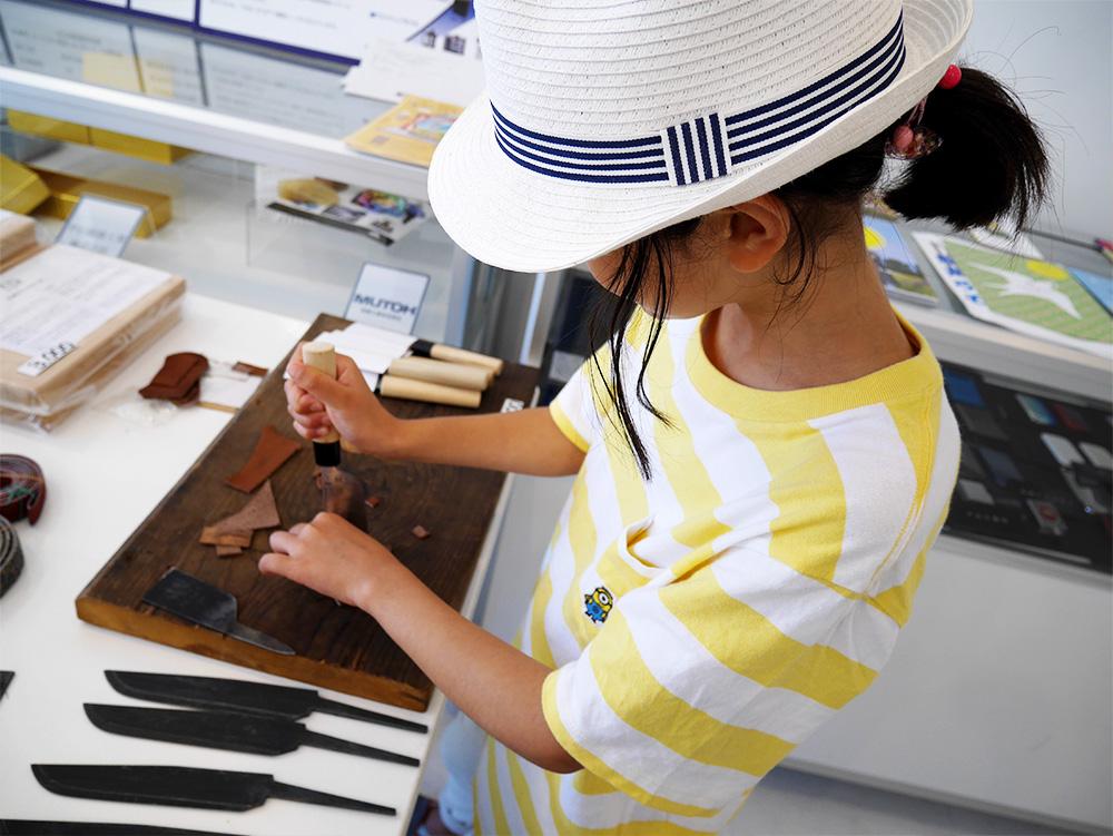 「庖丁工房タダフサ」さんで革を無心に切る長女。土屋鞄のランドセルはこうやって職人さんが革を加工して作られているらしいです。( http://www.tadafusa.com/ )