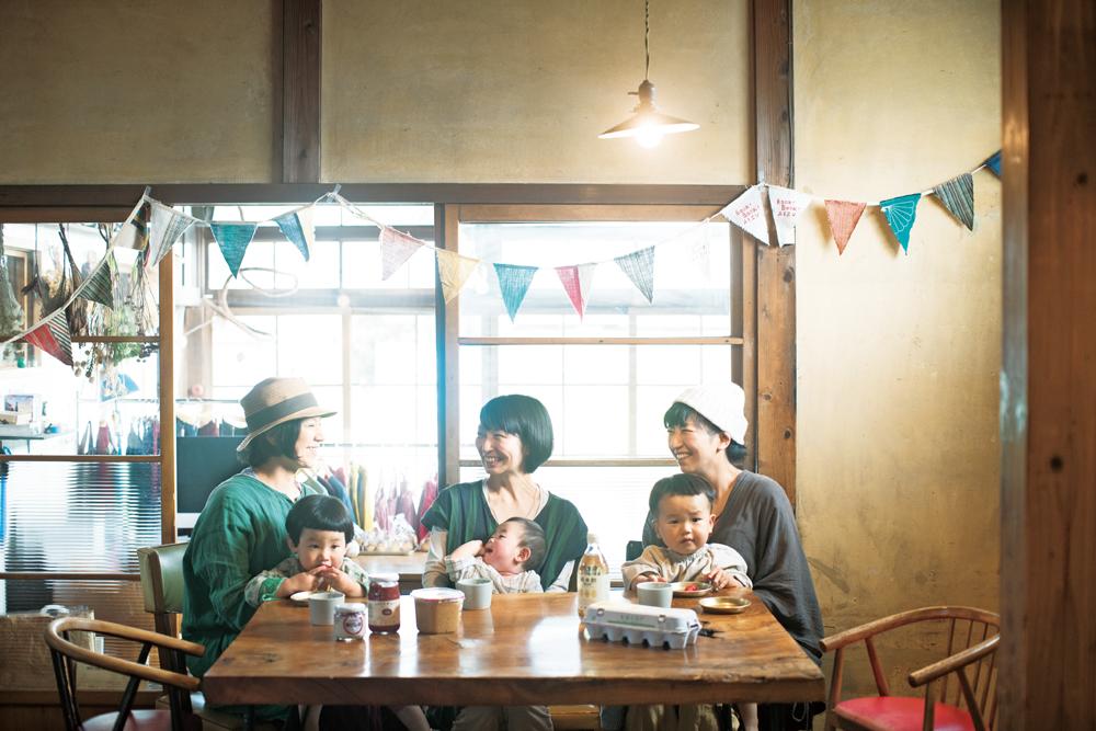 岩田さんと同じく、生活クラブ組合員の佐藤さん(中央)、食堂『つきとおひさま』店主で組合員の五十嵐さん(左)。近い年齢の子どもを持つお母さん同士、話は尽きない情報交換の場で出会い、『生活クラブ』を教わった