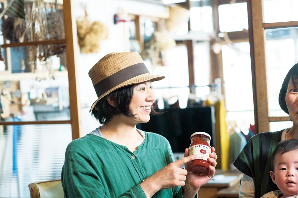 五十嵐加奈子さんは、2歳6カ月の空良(そらら)ちゃん、4歳の琥珀(こはく)くんのお母さん。喜多方市にて食堂『つきとおひさま』を営む。トマト本来の味わいが広がるトマトケチャップは、店でも活用している