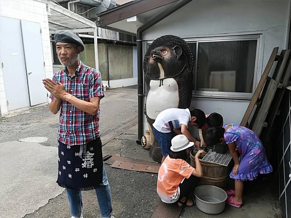 高橋さんの説明を全く聞かず、メダカに夢中の子ども達。酒よりメダカ!うんうん、そうなっちゃうよね〜!