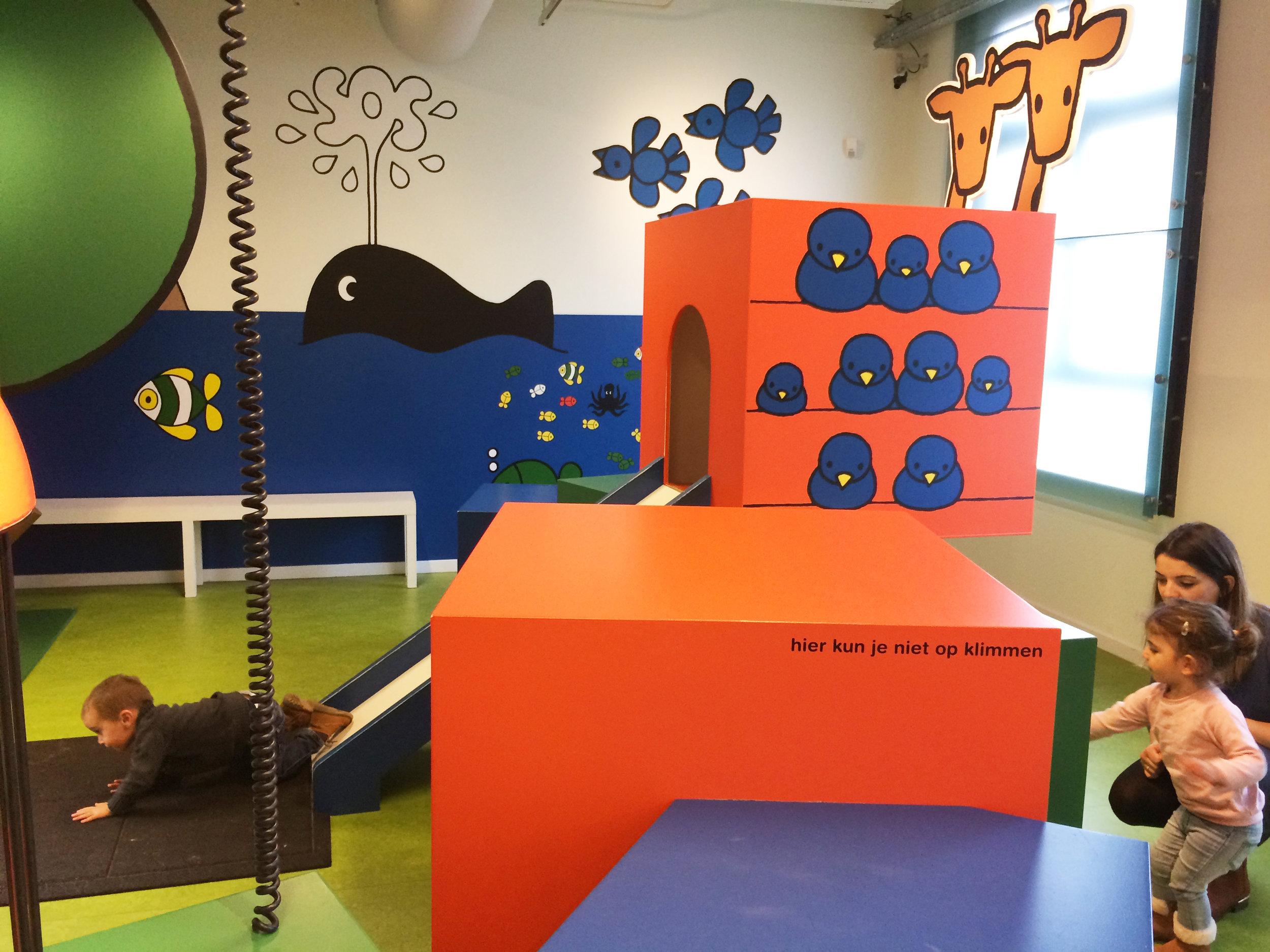 小さな子どもも楽しめる、遊具のコーナー
