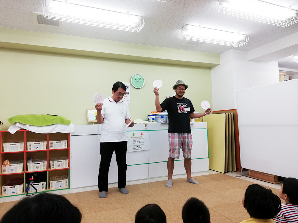 みつばちプロジェクトメンバーのケンキーさん(左)、つるっちょさん(右)。桃の木(!!)に扮しています。