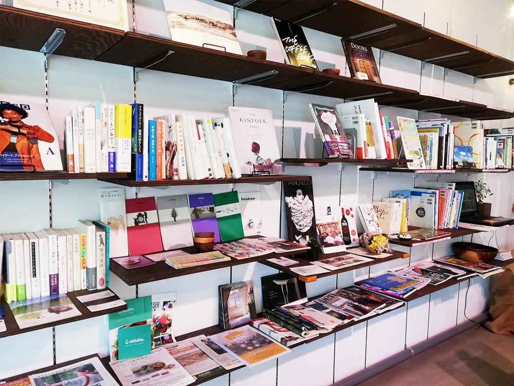 食、暮らし、デザイン、まちづくりなど、テーマに応じた市立図書館の蔵書が書架に並び、閲覧できます。この感じ好き好き!