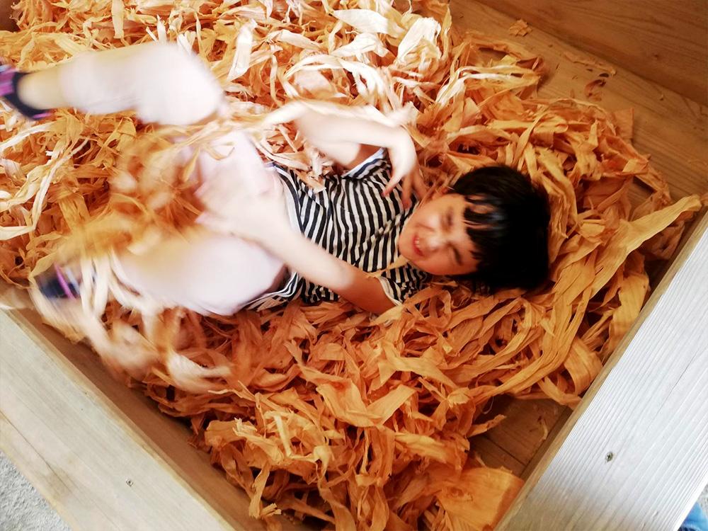 木屑にまみれる次女。そのまま眠ってしまえ〜い。