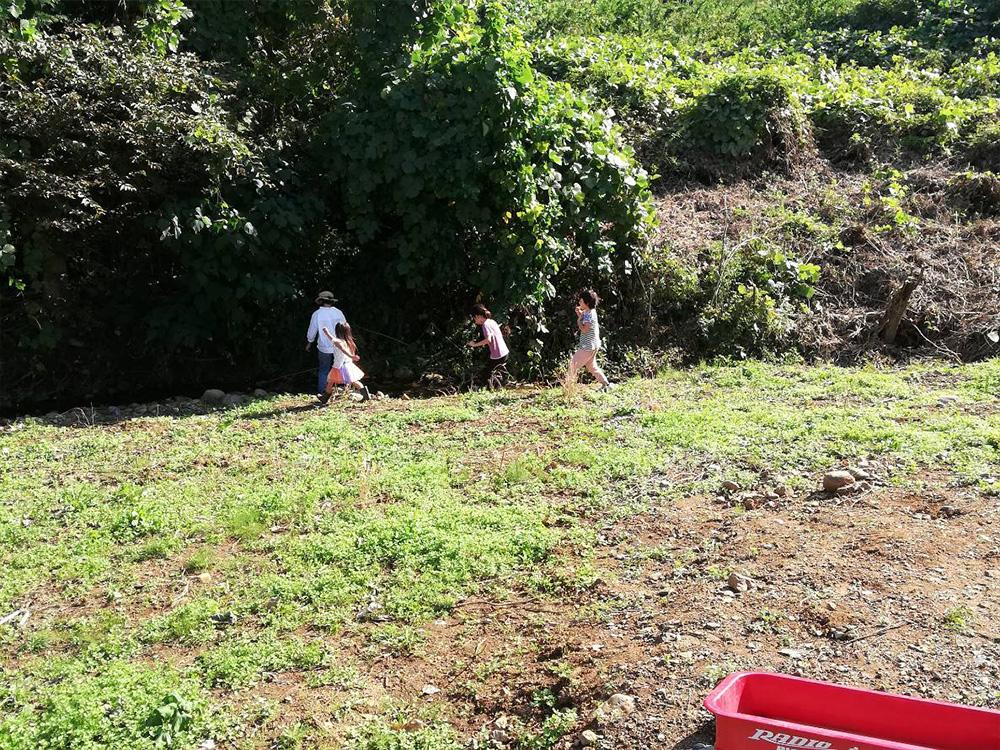 こちらのお家のお子さんたちとあっという間に仲良くなって川で遊ぶ娘たち。さすが。