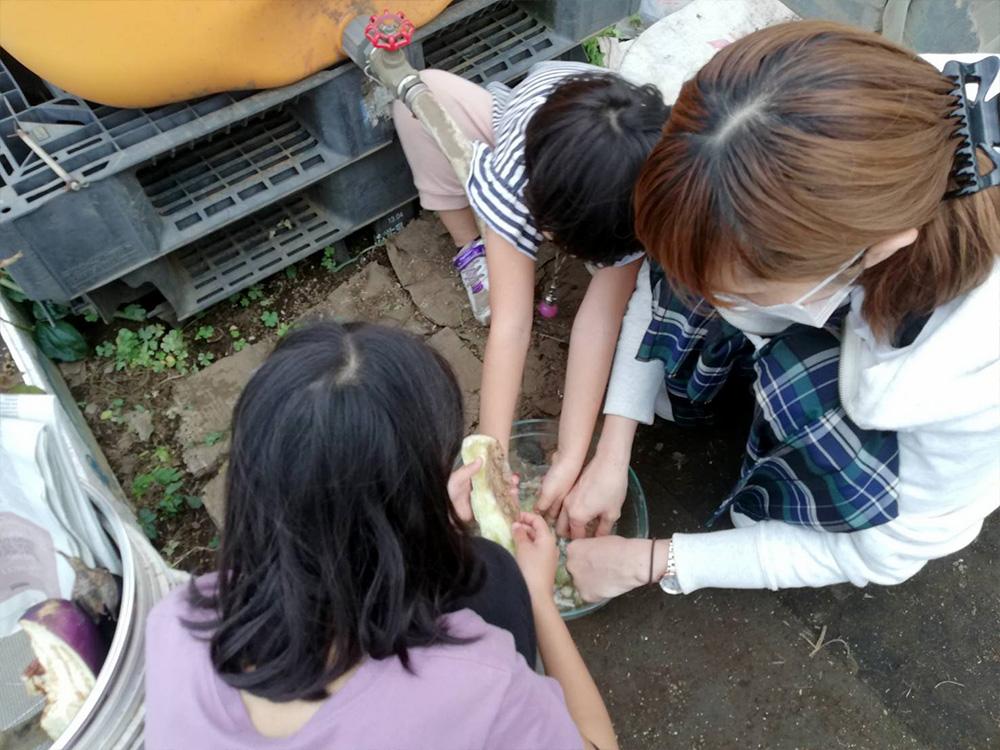 意外にナスの種取りにはまる娘たち。さっきの座学とは大違い!(泣)