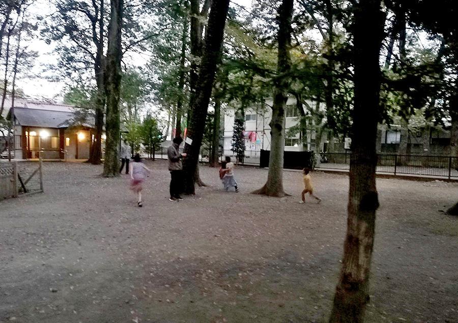 暗くなっても遊び続ける子どもたち。いいな〜こういう風景。