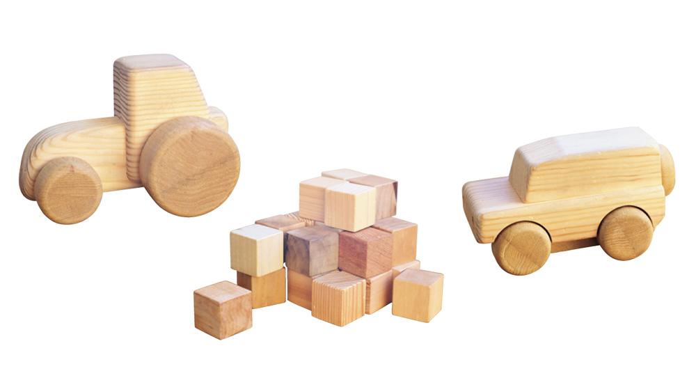 写真右から/あかまつAD、キューブ積み木、木ラクター