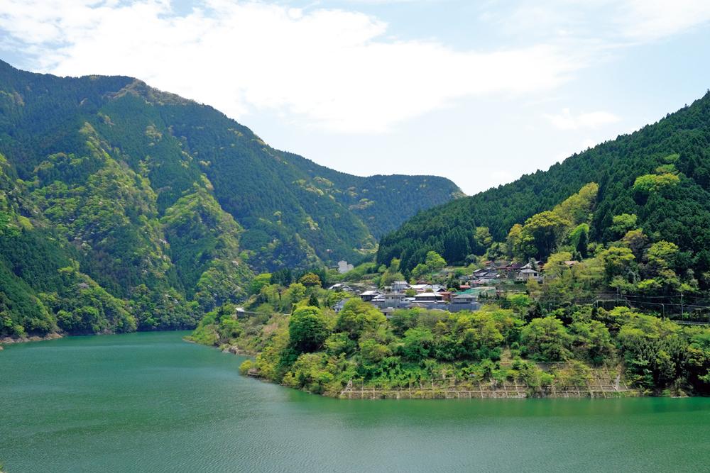 大阪市内からは車で約1時間半とアクセス良好で、どこまでも続く森と、澄みきった源流の美しさを堪能できる
