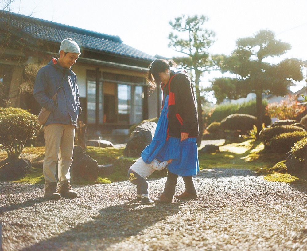 横堀さん一家  夫婦、2歳7カ月の長男の3人暮らし。1日1組限定の宿を経営している