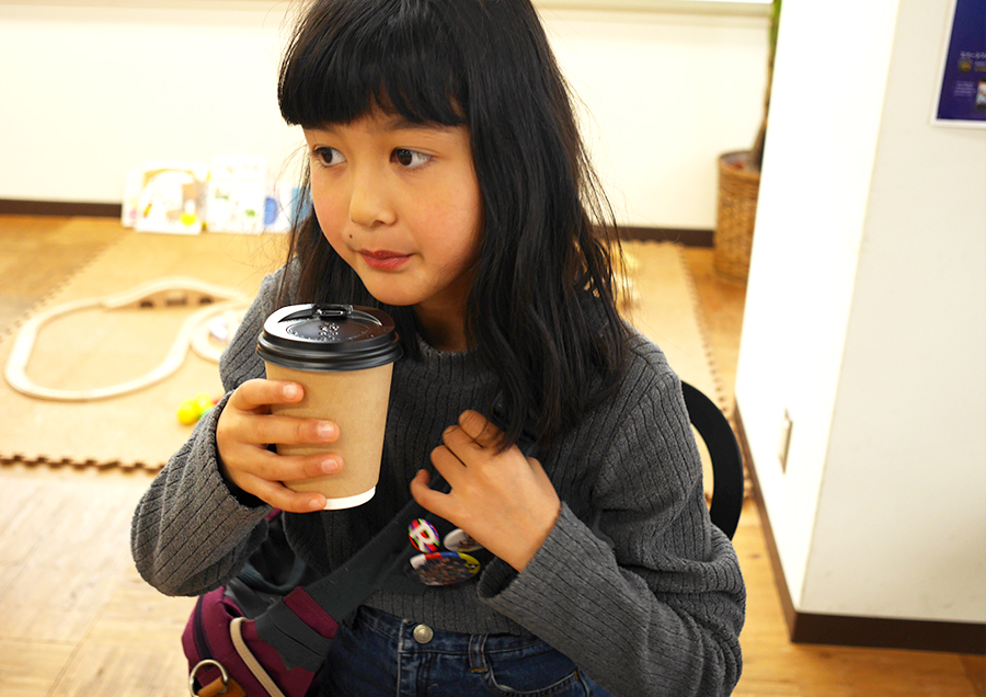 デカフェコーヒー。コーヒーが似合いすぎて長女がとても小学生に見えない。