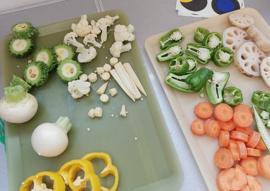かぶ、にんじん、ブロッコリー、パプリカなどいろんな野菜が並びます。