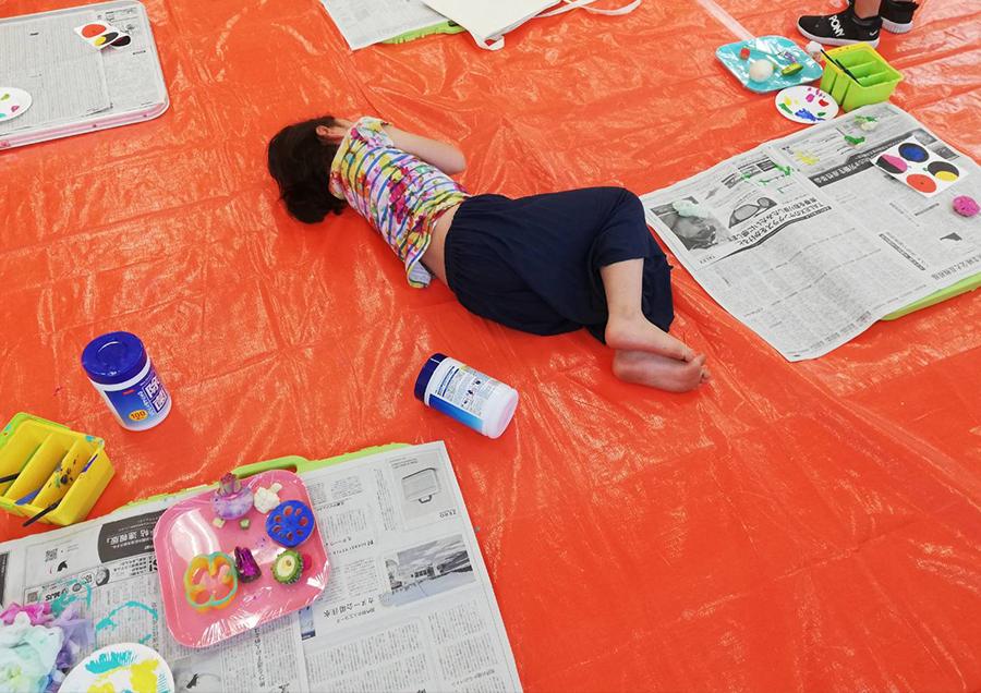 周りにいた小さい子たちもおっきいお姉ちゃんのふて寝にドン引き。