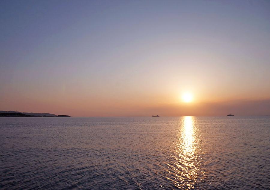 宿泊しているナミカゼからはすぐ目の前に海という最高のロケーション。