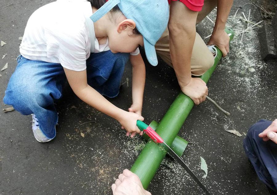 のこぎりで竹コップ作り中の次女。一応大工の孫。