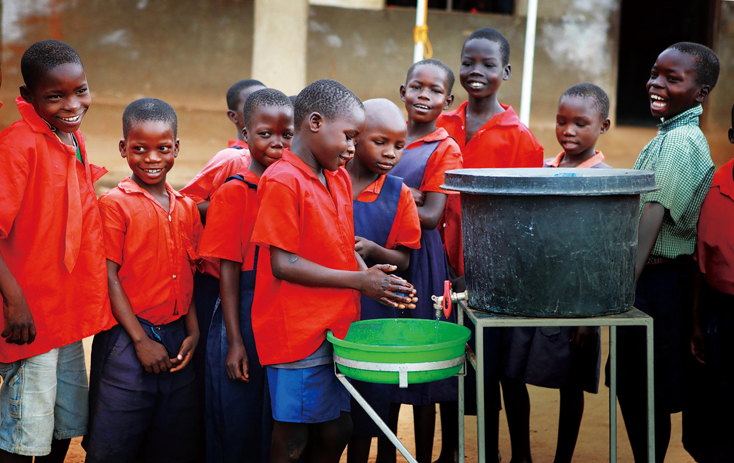 サラヤでは2010年からアフリカ・ウガンダで衛生環境の改善と、手洗いの普及啓発に取り組んでいる