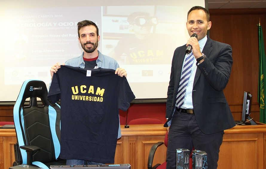 Antonio 'FlipiN' Rivas y el profesor de la UCAM Tao Martínez, tras la charla que ha tenido lugar en el Salón de Actos
