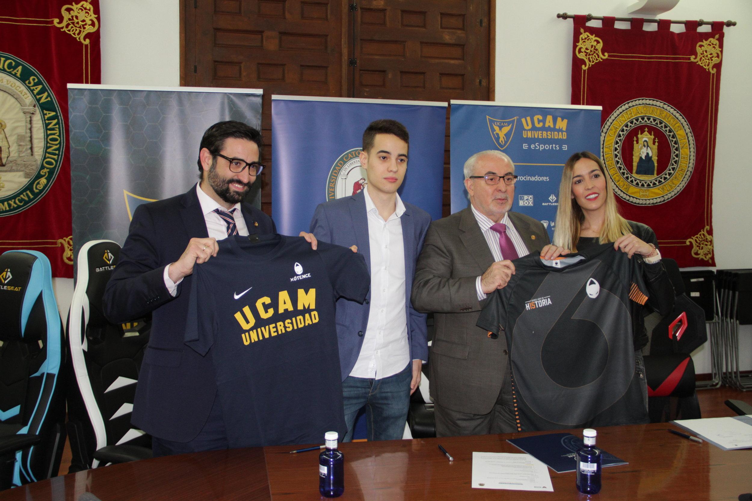 En la foto: Samuel Mendoza  (Director General UCAM eSports) -  Luis 'Koldo' Pérez  (jugador de League of Legends en x6tence)  - José Luis Mendoza Pérez  (Presidente de la UCAM)  - María Rodríguez Varó  (COO en x6tence eSports Club)