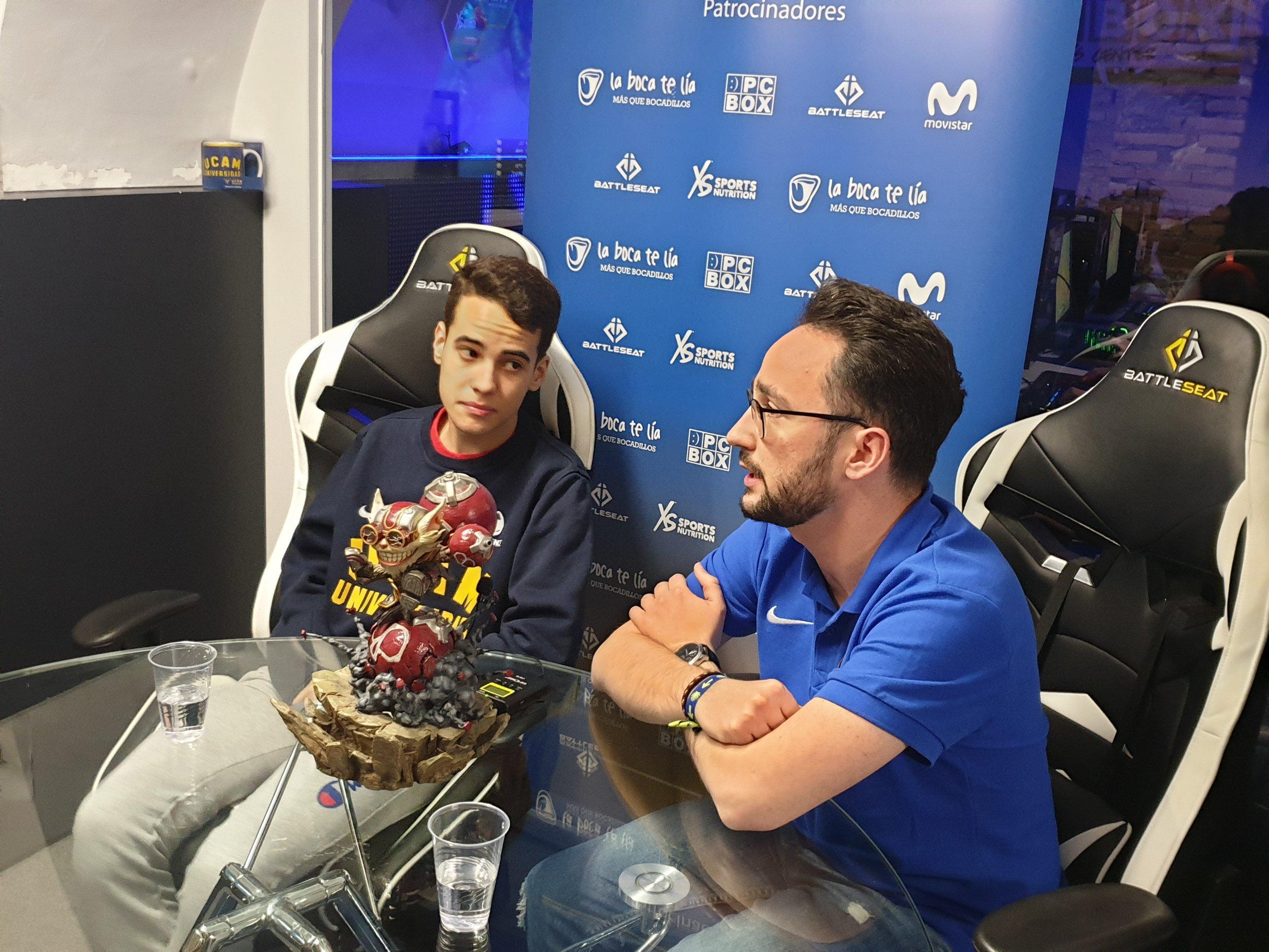 """Fotografía: Javier Amorós García - En la foto: A la izquierda Luís Pérez (koldo), a la derecha Mario Martín (Legenmario), """"casteando"""" una partida de League of Legends."""