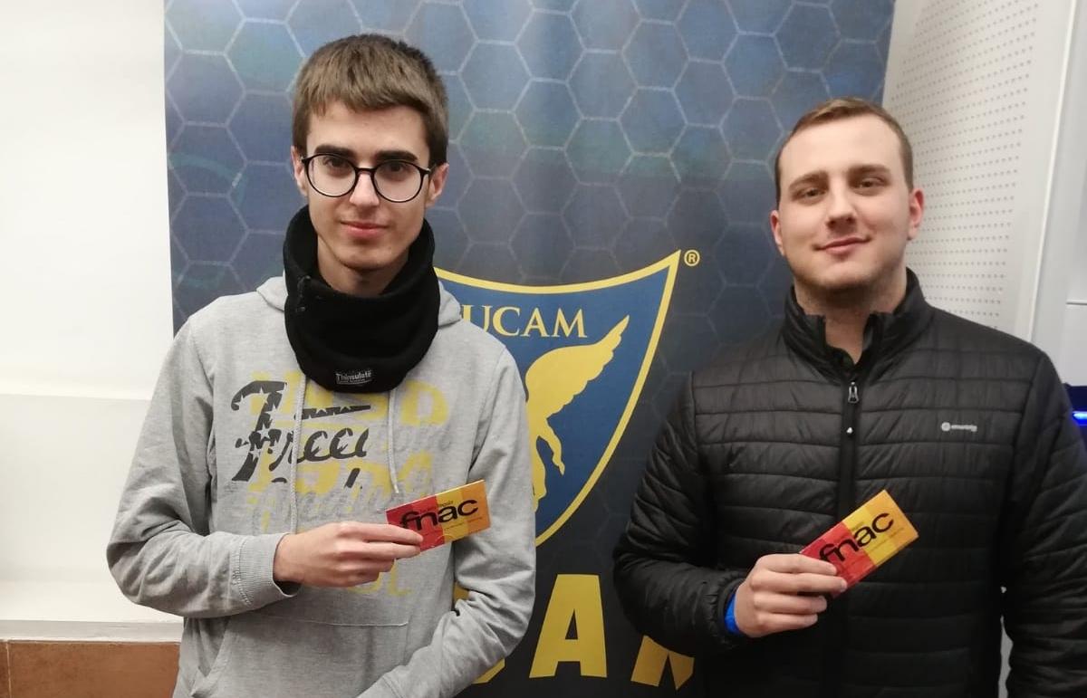 """Foto: Javier Amorós García - En la foto: A la izq: el jugador """"  Bresian  """", a la derecha: El jugador """"  Pinpamtrucutrucu  """". Ambos reconocen su premio en el torneo de 2 contra 2."""