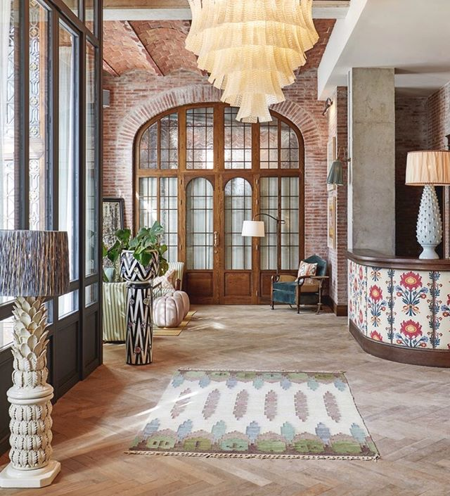 Soho house Barcelona, beautifully located in the Gothic Quarters. The interior feels so right for its location; a warm mix of Mediterranean colours, antiqued bronze, rustic elements and modern art works for an edgy touch 🍑