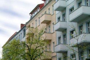 Grünberger Straße Berlin-Friedrichshain   Beliebte Wohnlage im Boxhagener Kiez. Umgeben von kleinen Parks, Szenekneipen und nahe der Simon-Dach-Str. gelegen: eine gefragte und gute Mietlage. 28 Wohnungen von 45 - 170 m², Vermietung in wenigen Monaten nach vollständiger Sanierung.