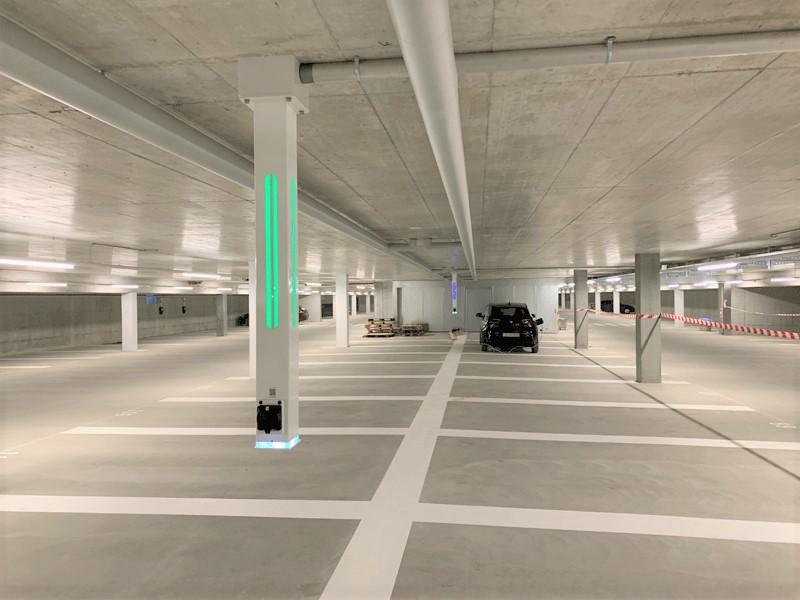 Ladeinfrastruktur mit deckensäulen - 6 wallbe Premiumsäulen mit Spezialinstallation von der DeckeInbetriebnahme: April 2019