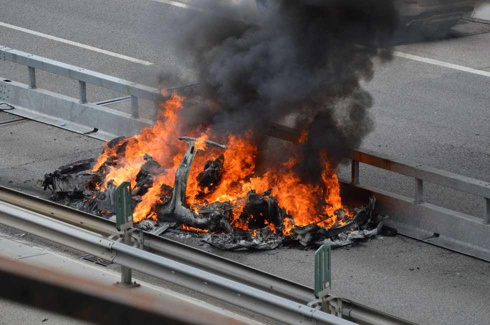 Brennender Tesla auf Autobahn