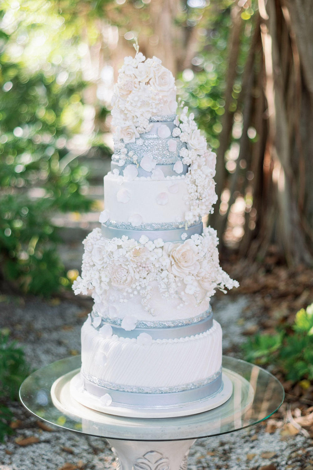 wedding cake by:  @juliedeffense
