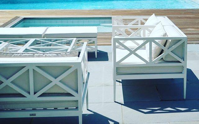 Summer Whites #nantucket #summertime #summervibes #summersun #outdoorliving #outdoorlounge #crisscross #xmarksthespot #exteriordesign #pooldesign #poolfurniture #ack