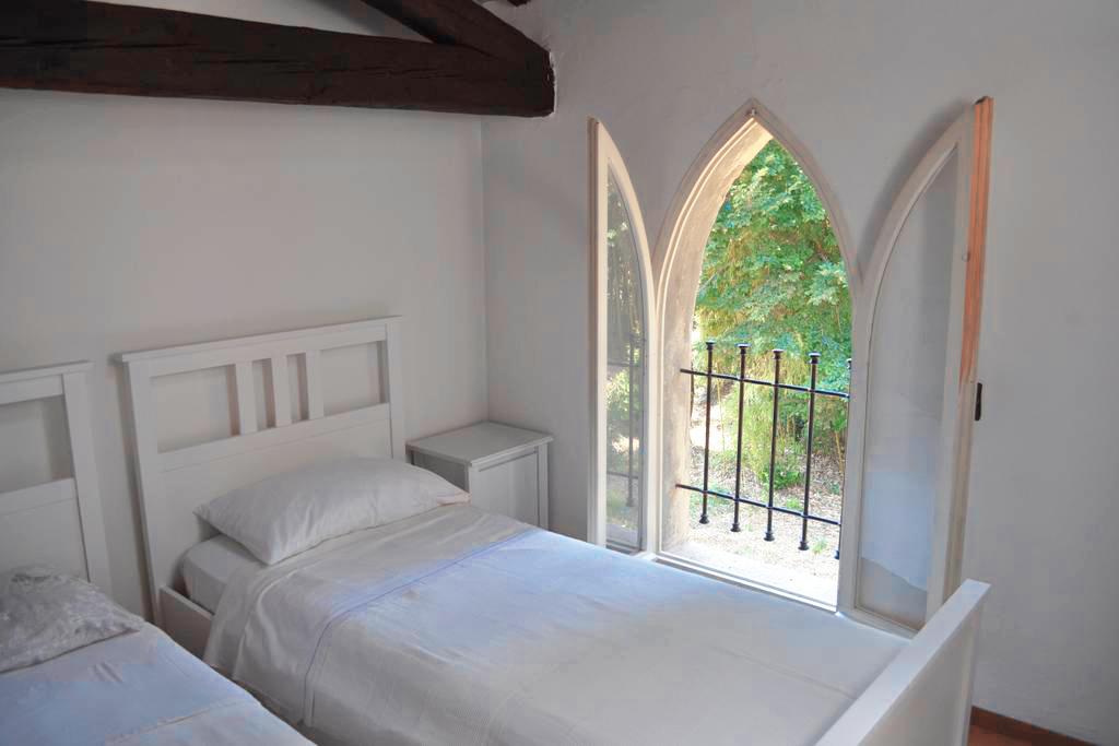 Guarini-Matteucci-Castelfalcino-azienda-vinicola-villa-liberty-B&B-camera-doppia-finestra.png