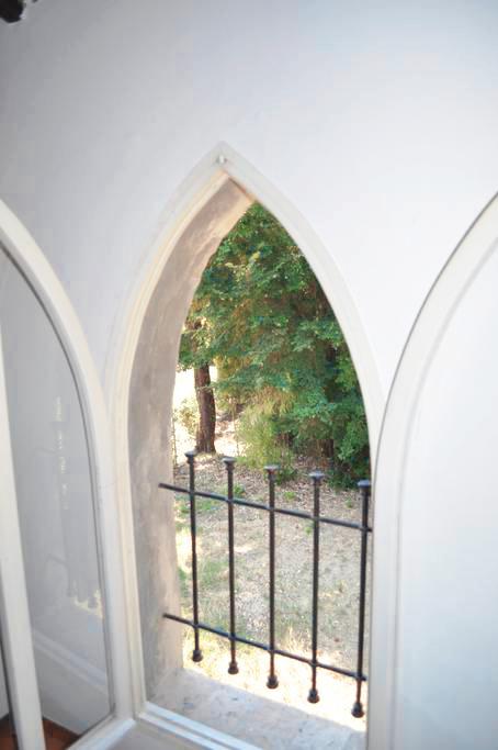 Guarini-Matteucci-Castelfalcino-azienda-vinicola-villa-liberty-B&B-vista-finestra-camera.png