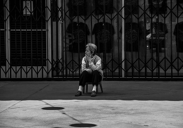 This picture is probably 4 years old now, and still one of my fav I've taken. I once took a summer photo class where 3 times a week we'd just walked around various spots in LA with our cameras. There was probably like 7 of us taking this lady's picture while she just sat there in the middle of an otherwise empty shopping center, I wonder what she was thinking about🤔 • • • #streetphotography #streetphotooftheday #fbf #flashback #chinatown #street #losangeles #laphoto #laphotography #fstoppers #lifestyle #urbanandatreet #exploretocreate #killyourcity #agameoftones #streetmobs #neverstopexploring #createexplore #losangeles
