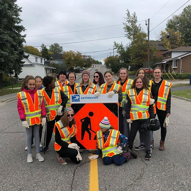 To end September the earthdancers set out to clean up Pine street today! They braved the chilly weather and bundled up to continue our mission of keeping our earth beautiful. ❤️🌍