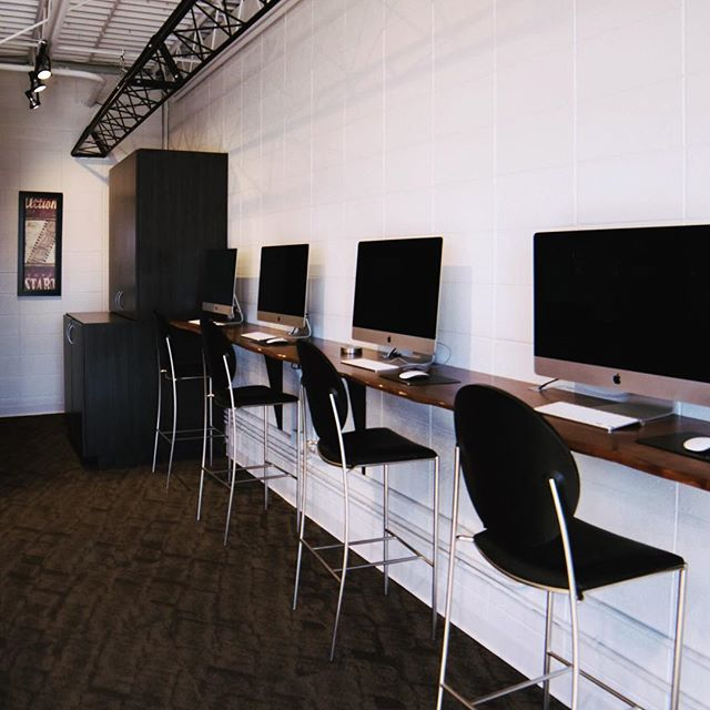 —————— The Draw Bar ▪️Fiber-Optic WiFi ▪️4, 27 inch iMacs ▪️Printing Station ▪️Ethernet and Power plug-ins