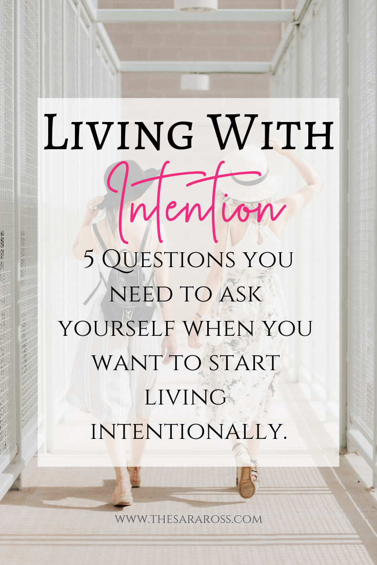What intentional living is and 5 questions you need to ask yourself when you want to start living with intention. #intentionalliving #livewithintent #intetionallivingtips