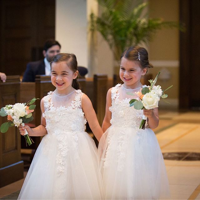 A professional always does their job with a small. 😊😊 And this duo makes it look easy!  #flowergirldresses #weddingprocessional #kansascityweddings #kansascitybride #kcweddings #kcbride #bridalpartyflowers #bridetribe #kcweddingparty #kcmowedding #weddingwednesdays #weddings #kcweddingplanner #kcweddingcoordinator #kansascityweddingplanner #instaweddingday #bestofkc #theknotpro #igkc #kcweddings