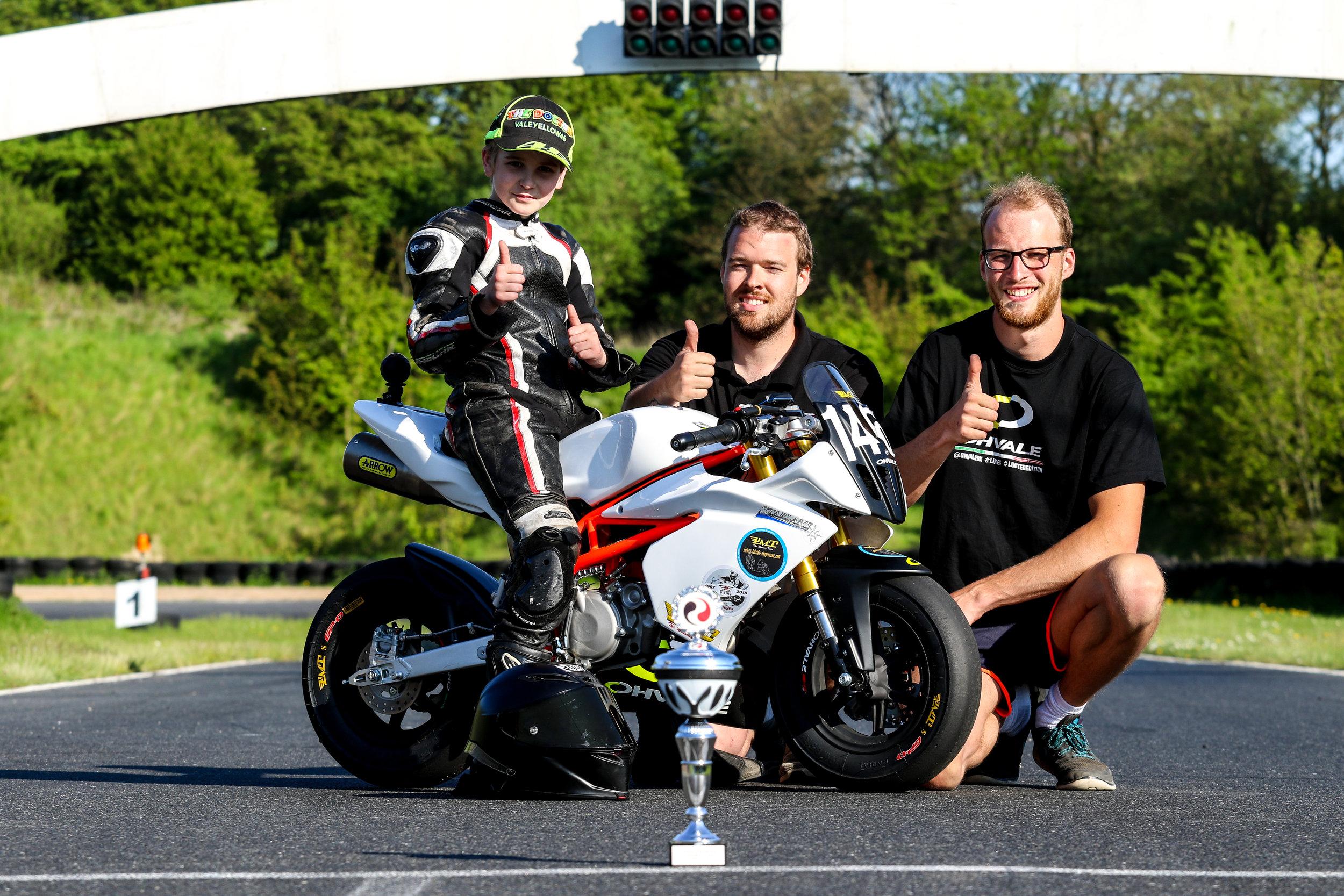 Ty Henriksen på 11 år har vist gode takter, og tilegnet sig dispensation til at deltage i 190cc. klassen sammen med nogle af landets dygtigste Road Racing kørere.