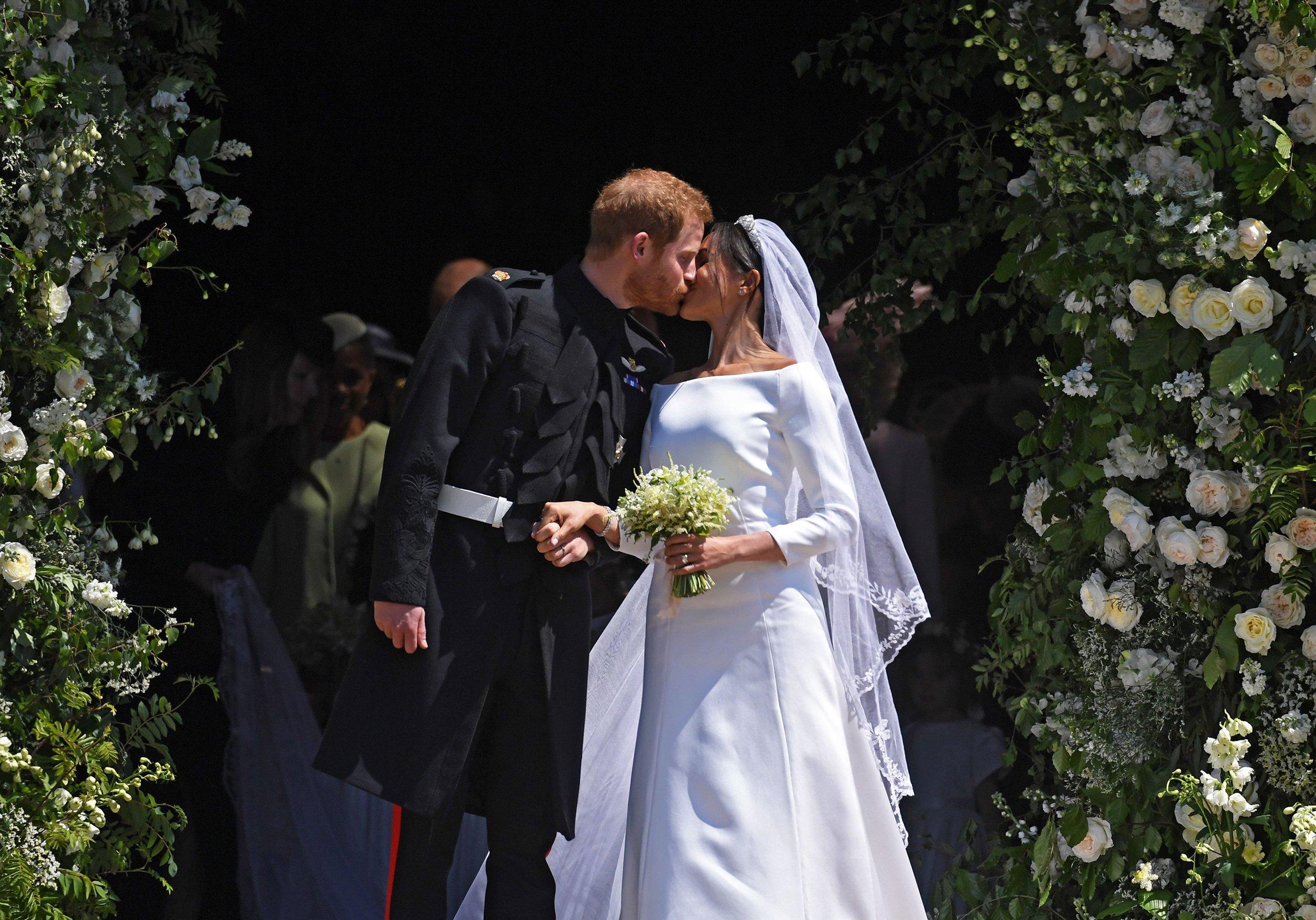 royal-wedding-2018-meghan-markle-prince-harry-church-kiss.jpg