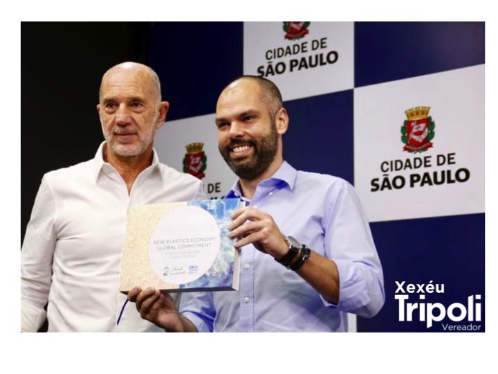 Responsável pela apresentação do Compromisso Global ao prefeito Bruno Covas, o vereador Xexéu Tripoli entrega o relatório que traz São Paulo como a primeira cidade do Hemisfério Sul signatária do acordo.