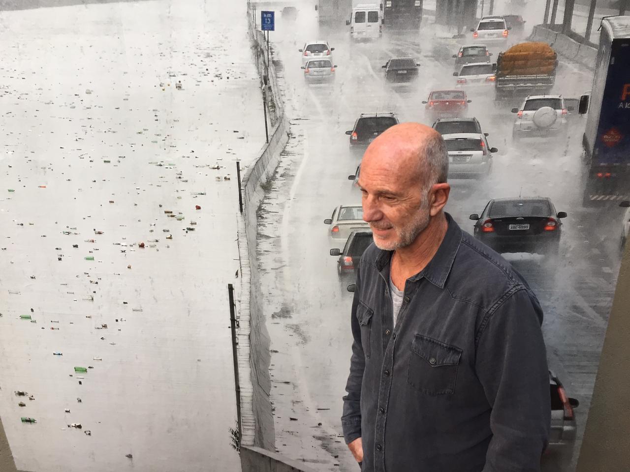 Vereador Xexéu Tripoli com a foto do Tietê de Levi Bianco, uma das 27 obras expostas na Vila Madalena na 9a Mostra SP de Fotografia. O plástico é o maior desafio ambiental do século 21.