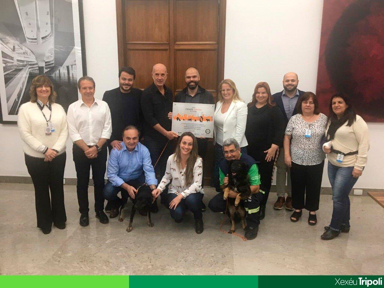Vereador Xexéu Tripoli e Prefeito Bruno Covas recebem prêmio oferecido à São Paulo como Cidade Amiga dos Animais. Peter e Osny, os simpáticos cães da COSAP, participaram do evento lembrando a importância da adoação de animais.