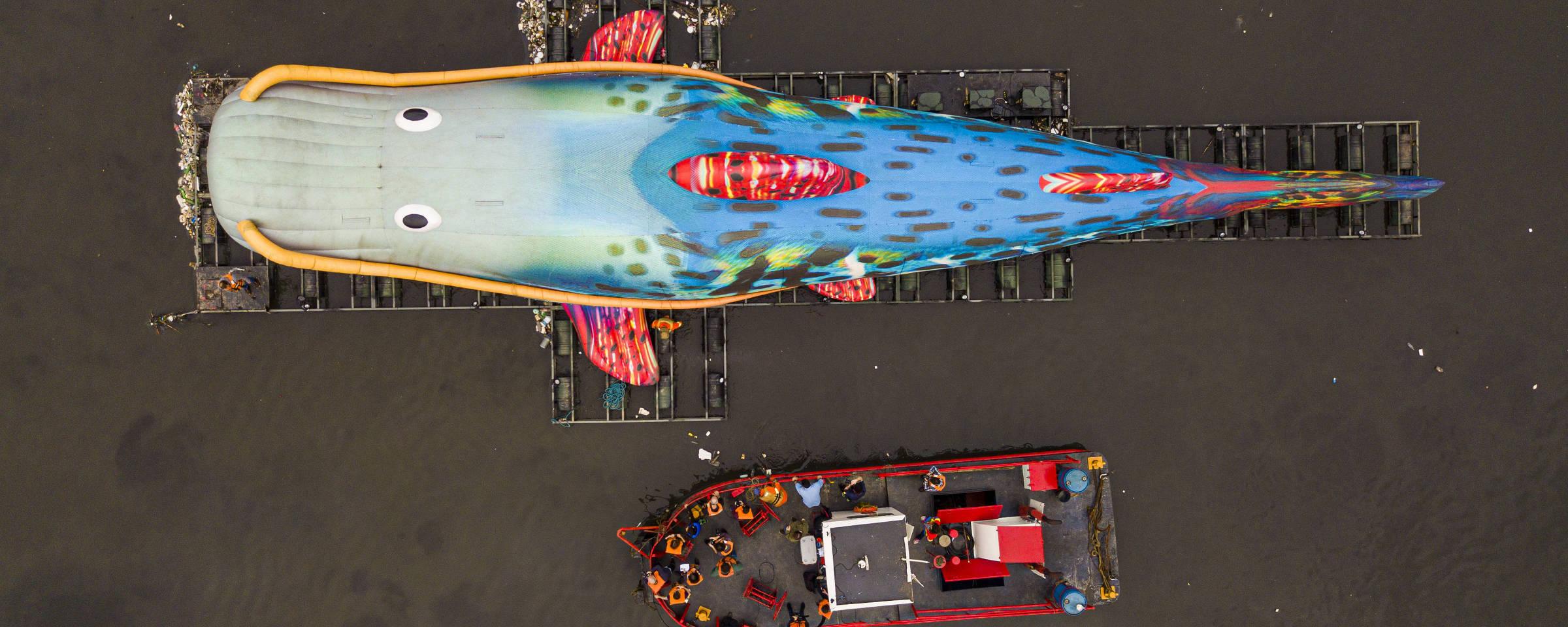 """""""PIntado"""", obra de 33 metros de Eduardo Srur navegando no Tietê para chamar atenção da população para a poluição dos rios urbanos."""