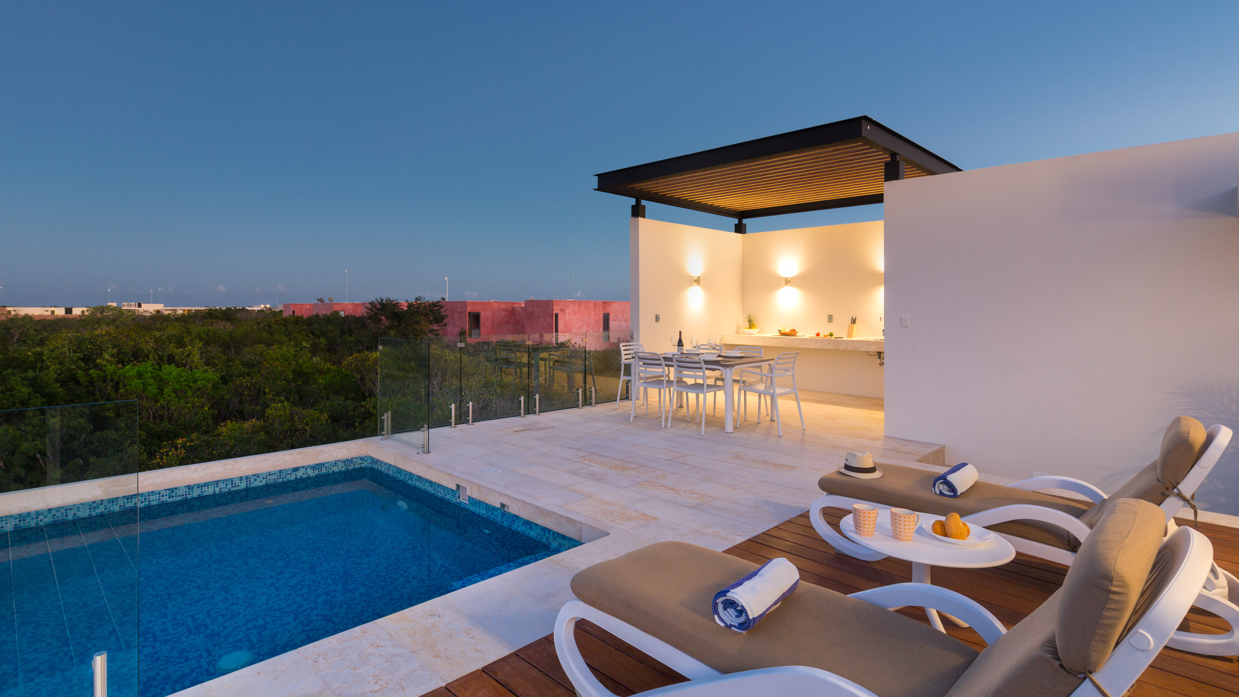 A studio with a king bed, private terrace, bathroom, fully-equipped kitchen, common roof with infinity pool and exclusive access to private roof with dipping pool.